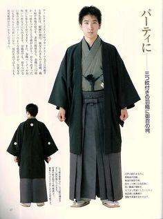 Las mangas del kimono masculino están unidas al cuerpo, solo por unos centímetros independientes en la parte inferior. Las mangas masculinas son menos largas que las femeninas para acomodar el obi alrededor de la cintura bajo ellas.
