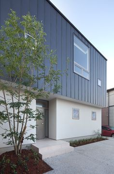 Modern home in Japan Facade House, House Roof, Cladding, Architecture Design, New Homes, Loft, Construction, Exterior, House Design