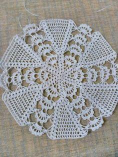 Image gallery – Page 461830136787731872 – Artofit Crochet Leaf Patterns, Crochet Leaves, Doily Patterns, Crochet Chart, Crochet Motif, Crochet Designs, Crochet Stitches, Knitting Patterns, Crochet Quilt