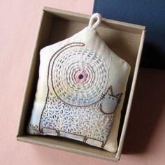 V ŽÁRU SLUNEČNÍM ... vyšívaný jehelníček Autorský vyšívaný jehelníček na jemně batikovaném plátně. Součástí výrobku je i dárková krabička. Materiál - lněné plátno, bavlněné plátno, duté vlákno, tkanička, bavlnky DMC vlastnoručně melírované. Velikost cca 11x14 cm. Doporučuji prát ručně při teplotě do 40°C. Cena je za domeček v krabičce.