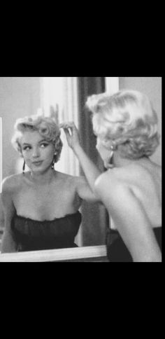 Marilyn looks so genuine and beautiful in this pic Classic Hollywood, Old Hollywood, Beautiful People, Beautiful Women, Marilyn Monroe Photos, Norma Jeane, Classic Beauty, Vintage Hairstyles, American Actress