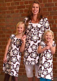 Meandi kevätmallisto 2009 :::: Isoja kukkia, 74/80-146/152, 30-32 € :::: Froteehousut (myös limevihreä), 50/56-146/152, 22-24 € :::: Äidin isokukkainen kietaisumekko, XS-XL, 52 € :::: Äidin polvihousut (myös harmaa), XS-XL, 29 € My Outfit, Floral Tops, Clothes, Women, Fashion, Outfits, Moda, Clothing, Top Flowers