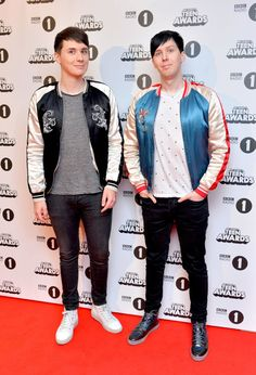 Dan and Phil win Best Blogger at R1 Teen Awards