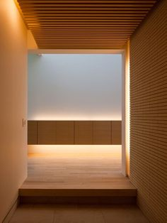 Love the concealed light sources that create drama in this space. House in Kasugaoka, Osaka by Yuji Oda Architect Office Architecture Du Japon, Architecture Design, Minimalist Architecture, Tea Room Decor, Design Oriental, Japanese Interior Design, Style Japonais, Wood Interiors, Japanese House