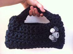 Bolso de mano negro. Tejido a crochet con trapillo negro y flores de tela.