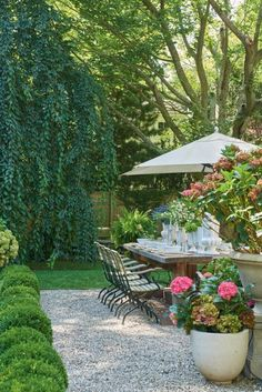 Garden Design This New York Country Home Trades Trends For Timeless Style, secluded, landscaped with manicured hydrangeas and boxwoods, outdoor eating area Garden Wallpaper, Plantas Indoor, Garden Types, Garden Care, Front Yard Landscaping, Luxury Landscaping, Outdoor Landscaping, Landscaping Ideas, Country Landscaping