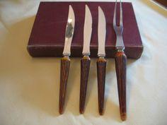 Vintage ensemble de 3 couteaux et 1 fourchette sculpture fausse corne bakelite de la boutique NorDass sur Etsy