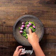 Ayam Geprek Cabe Ijo | Yummy Jangan lupa share video ini dan follow @Yummy.IDN @IDNTimes.Video #ayam #ayamgerpek Snack Recipes, Cooking Recipes, Indonesian Cuisine, Taste Made, Malaysian Food, Empanadas, Easy Cooking, Diy Food, No Cook Meals