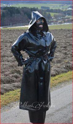 sexy Fetisch-Lady in schwarz auf Feld ♥♥♥ Green Raincoat, Pvc Raincoat, Plastic Raincoat, Hooded Raincoat, Latex Wear, Sexy Latex, Gas Mask Girl, Best Rain Jacket, Mode Latex