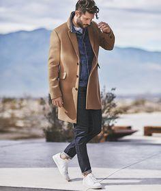Een camel coat vormt altijd een goede combinatie met denim. Klik voor meer gouden kledingcombinaties.