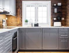 Komplett kjøkkeninnredning fra IKEA med Bodbyn fronter i grå😊 Fin å kombinere med fargen Sjøsand på vegger👍🏼 Cabin Interiors, Wood Interiors, Cabin Homes, Log Homes, Cabins In Virginia, Kitchen Triangle, Modern Log Cabins, Chalet Interior, Bodbyn