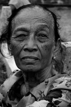 Old face by Nanta Maulana, weathered, powerful, intense eyes, hurt, pain, lady, woman, female, wrinckles, lines of life, portrait, photo b/w.