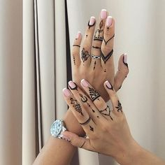 ring finger tattoos for couples gun finger tattoo cool finger tattoos skull finger tattoo finger tattoo 50 delicate and tiny finger tattoos to inspire your first (or next) body art Tattoo Side, Henna Finger Tattoo, Girl Finger Tattoos, Finger Tattoos For Couples, Finger Tattoo For Women, Small Finger Tattoos, Finger Tattoo Designs, Tattoo Henna, Tattoo Designs For Girls