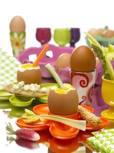 >>> .Les œufs en chiffres clé <<<.  12,9 milliards d'œufs produits  14,8 milliards d'œufs consommés   222 œufs consommés par habitant  44,5 millions de poules pondeuses  3 000 élevages   500 entreprises d'emballages  60 spécialistes des ovo-produits  12 000 emplois directs et indirects  97% des Français consomment des œufs dont 78% au moins une fois par semaine