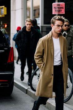 Moda Masculina Inverno 2018. Macho Moda - Blog de Moda Masculina: Tendências Masculinas para o INVERNO 2018 - Roupa de Homem. Moda para Homens Inverno 2018, Estilo masculino 2018. Coat Longo, Trench Coat, Casaco Alongado Marrom, Camiseta para dentro da Calça