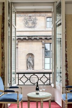 Executive room - Windows open on the Louvre Museum