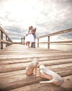 Ein Brautpaar in der Ferne, vorn die chuhe, sehr niedlich