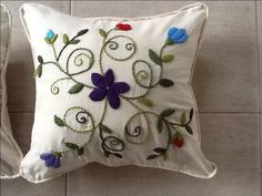 Almohadon bordado en lana Ines Etcheberry