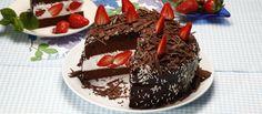 Bolo_de_chocolate_com_natas_e_morangos_3_D