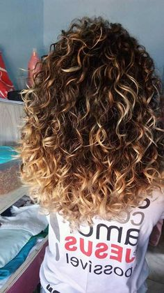The blonde balayage - the most popular summer trend -.- Le balayage blond – la tendance la plus po Curly Hair With Bangs, Blonde Curly Hair, Colored Curly Hair, Curly Hair Cuts, Short Curly Hair, Curly Hair Styles, Ash Blonde, Curly Balayage Hair, Curly Highlights