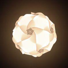 lumino FLOS - skládací designové stínidlo složené z 20 stejných dílků vyřezávaných speciální technikou - průměr složeného stínidla je 35 cm - ideální do všech obytných místností, restaurací, klubů atd... Balení obsahuje: - 20 dílků z bílé fólie - návod na složení stínidla Poskytujeme 14 denní záruku vrácení pěnez:)