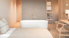 Nelle camere dell'Hotel Schgaguler spicca la presenza della vasca freestanding della collezione Hammam di Rexa Design, in Corian®.