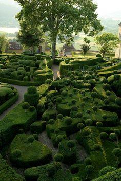 "Les jardins suspendus de Marqueyssac, Dordogne, France - a ""Seuss""ish landscape Formal Gardens, Outdoor Gardens, Hanging Gardens, Modern Gardens, Japanese Gardens, Hanging Planters, Small Gardens, Amazing Gardens, Beautiful Gardens"