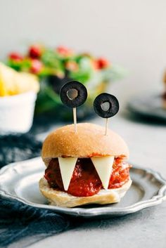 100 Creepy Halloween Food ideas that looks disgusting but are delicious - Hike n Dip Make your Halloween Party special with these Creepy Halloween food ideas. These Halloween food recipes look scary but are delicious & perfect for party. Halloween Snacks, Halloween Fingerfood, Soirée Halloween, Creepy Halloween Food, Halloween Party Appetizers, Bouche Halloween, Women Halloween, Halloween Dinner, Healthy Halloween