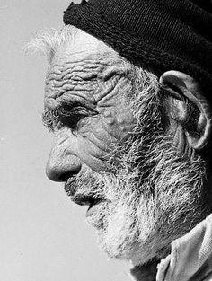 Perfil de um velho pescador português, retratado pelo conceituado fotógrafo Neal Slavin por alturas de 1970