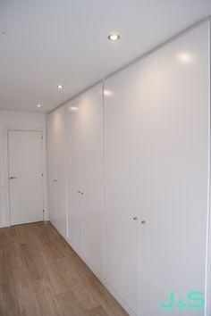 Recursos para cambiar de habitación: de niños a adolescentes – Deco Ideas Hogar Tile Floor, Living Spaces, Divider, Flooring, Room, Furniture, Home Decor, Home, Girl Rooms