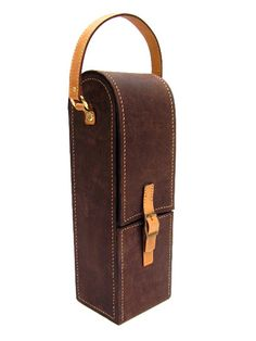LEONAR / Diseño en cuero y obsequios empresariales Carrier Bag Holder, Wine Carrier, Leather Backpack, Leather Bag, Bookbinding Tools, Wine Case, Bottle Bag, Leather Projects, Felt Diy