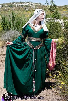 Heroes and Villains Challenge: Green Silk Bliaut I am thinking something like this, but lining the sleeves with gold fabric. Gold along the base of the skirt and possible mid-thigh too.