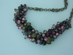 Collar con base de cadena medieval, cuentas, cristales, perlas y detalles en bronce