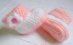 Botinha em crochet. <br>Confeccionada em lã macia e antialérgica, nas cores de sua preferência. <br>Tamanhos: do RN aos 12 meses (o preço unitário é referente ao tamanho RN até 3 meses).