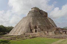 """Uxmal.  Uxmal se encuentra rodeada de leyendas, mitos y anécdotas. Uxmal es una ciudad que se sitúa junto a una serie de colinas que se conocen con el nombre de Puuc, que en lengua maya quiere decir """"serranía"""". Destacan entre sus elementos arquitectónicos la casa del Adivino, uno de los grandes complejos bautizado así por los españoles, y  el palacio del Gobernador, un excelente trabajo de mosaico en piedra."""