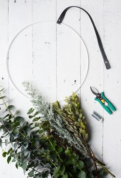 DIY | drie x zelf kransen maken voor op de deur Christmas Time, Christmas Wreaths, Christmas Decorations, Xmas, Homemade Art, Floral Crown, How To Make Wreaths, Greenery, Garland