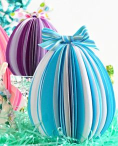Stand-Up Paper Eggs: All you need is paper and some glue to make these stand-up paper eggs. Click through for more Easter party ideas and decorations that your kids and family will love. Diy Easter Decorations, Paper Decorations, Paper Garlands, Spring Crafts, Holiday Crafts, Easter Backdrops, Easter Garland, Easter Egg Crafts, Easter Colors