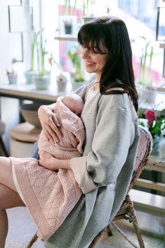 Was für ein vergleichliches Gefühl es ist, wenn man so einen kleinen Menschen auf dem Arm hat.   #zumglueckgeboren #glück #happiness #baby #babybody #babyonesies #vienna #happinesswillguideyou #welcome #no17 #zumglueck #dasglueckbegleitetdich #liebe #vonherzen #geschenk #perfectpresent #liebeserklärung #doertekaufmann #babydecke #handgemacht #handstrick #instaknitting #blanket #rose #cottoncashmere #raute #bestegeschenksidee Free Baby Blanket Patterns, Der Arm, Knitted Baby Blankets, Free Baby Stuff, Baby Knitting, Stripes, Turtle Neck, Rose, Tricot