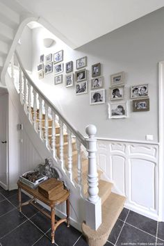 The decorator Heléne Carpentier, has restored this beautiful neoclassical residence near Lille, making it elegant, comfortable and very British, a real marvel Style At Home, Stair Well, Banisters, Railings, Hall Design, Interior Stairs, Woodworking Projects Diy, Home Decor Trends, Home And Family