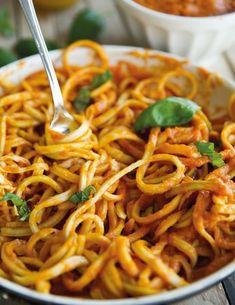Dit recept is voor alle pastalovers onder ons… Pasta is een echte caloriebom, maar deze gezonde pasta variant is een heel goed alternatief!! Als we de calorieën moeten vergelijken tussen deze gezonde pasta en ongezonde pasta, zit je echt heel safe! Tip: gebruik je een mandoline? Probeer de slierten van de courgette niet te dun ...