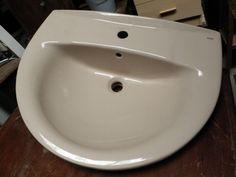 Lavabo De Cerámica Semicircular  Lavabo Roca de cerámica recuperado, de diseño semicircular. Disponemos de un amplio stock de lavabos a un precio inigualable. Dimensiones: 64x51x20cm Ref:R0086 P.V.P 18€  Hazte con él haciendo click en la imagen!!