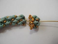 Bead cap to finish super-duo rope OR use for earrings. Good pictures but translate. #Seed #Bead #Tutorials