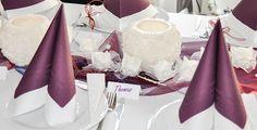 Romantische, elegante Tischdeko zur Hochzeit mit Wachswindlichtern. Farbliche Akzente setzen die Servietten in Aubergine und das Organza-Band in Burgundy. Je nach Lichteinfall schimmert das Organza-Band in den verschiedenen Farbtönen zwischen Bordeaux und Blau. Die Windlichter mit Rosen-Relief leuchten wunderschön. Weitere Infos und Deko-Anleitung unter http://www.tischdeko-shop.de/Tischdekoration-zur-Hochzeit/Tischdeko-Hochzeit-Weiss-Burgundy-mit-Rosen-Windlicht/