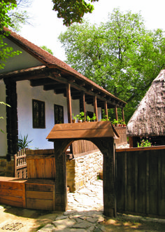 Typical Hungarian house - with székelykapu. Barbecue Garden, Visit Romania, Romania Travel, Clay Houses, Moldova, Design Case, Traditional House, Cottages, Countryside