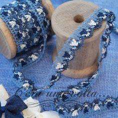 Merletto Tombolo Blu Un'ammirevole utilizzo del colore Blu, un equilibrio esteticamente convincente e di piacevole freschezza per questo merletto con lavorazione a tombolo, un tocco di Bianco completa armonicamente il dècor.  Colore Blu Chiaro, Bianco e Blu Scuro  Materiale 80% Cotone 20% Acetato  Altezza 2 cm  Pesantezza leggera
