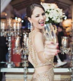 8ce29b916 Madrinha de casamento rouba a cena na festa com seu vestido longo decotado  bordado à mão