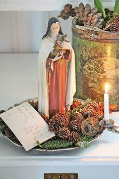VIBEKE DESIGN: pine cones on dish with vintage postcard, figurine and clip-on candle Natural Christmas, Noel Christmas, Little Christmas, Country Christmas, All Things Christmas, Winter Christmas, Vintage Christmas, Christmas Crafts, Christmas Decorations