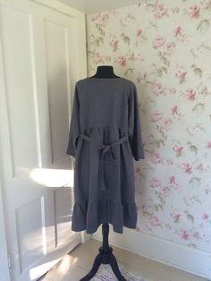 Lavado de la ropa es tan versátil, alegre y habitable, le encanta que lo usa... Más usarlo y lavarlo, el más suave se vuelve... y sin necesidad de plancha... Lavar, secar y pasar...  Mi ropa es creado con el máximo confort...  Este vestido de largo lagenlook Dulce está destinado a ser de gran tamaño y flojo... tan cómoda... su pieza perfecta de capas...  Bastante gris, medio peso, lino puro... También puedo hacer esto en otros colores... ver última foto...  Esta ropa es tan hermoso y…