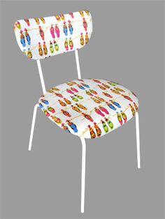 Cadeira Búzios - Cadeira com estrutura de metal com pintura automotiva branca de alto brilho. Forrada com lonita estampada 100% algodão.