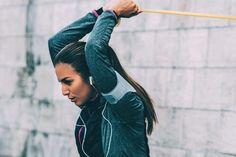 Pessoal, vocês já fazem treino com elástico? O aparelho é fácil, leve, barato, portátil e tão eficaz quando aos aparelhos tradicionais de academia.